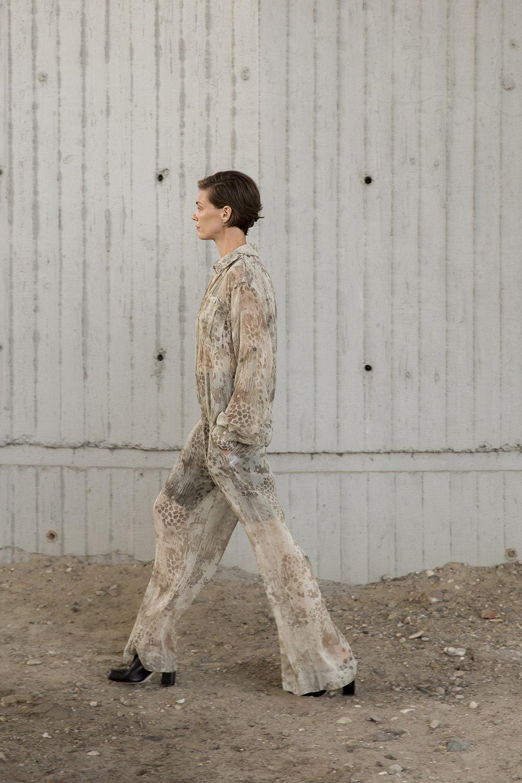 Nehera时装系列象牙色技术面料的连衣裙和斗篷则像降落伞一样滑行-20.jpg