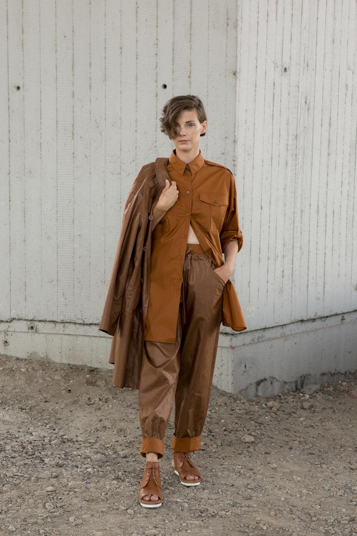 Nehera时装系列象牙色技术面料的连衣裙和斗篷则像降落伞一样滑行-21.jpg