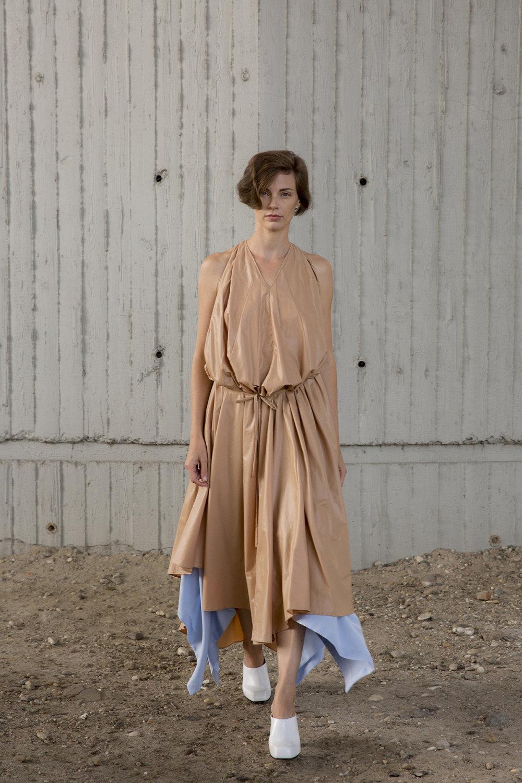 Nehera时装系列象牙色技术面料的连衣裙和斗篷则像降落伞一样滑行-23.jpg