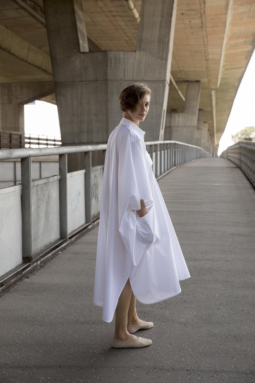 Nehera时装系列象牙色技术面料的连衣裙和斗篷则像降落伞一样滑行-28.jpg