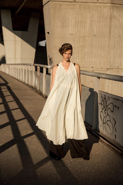 Nehera时装系列象牙色技术面料的连衣裙和斗篷则像降落伞一样滑行-29.jpg