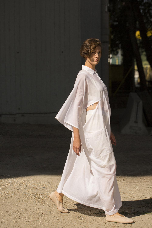Nehera时装系列象牙色技术面料的连衣裙和斗篷则像降落伞一样滑行-31.jpg