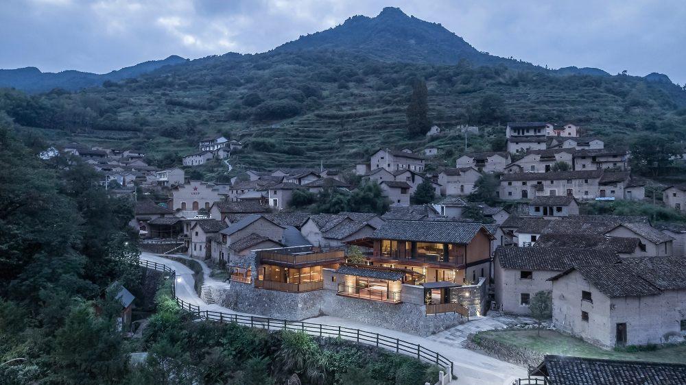 01.民宿背靠整个村落和大山Residence_backed_by_the_village_and_the_mountains.jpg