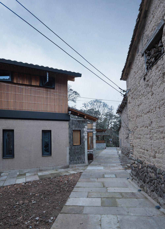 13.建筑北侧巷道与老房子屋顶呼应North_side_of_the_building_echoes_old_house_roof.jpg