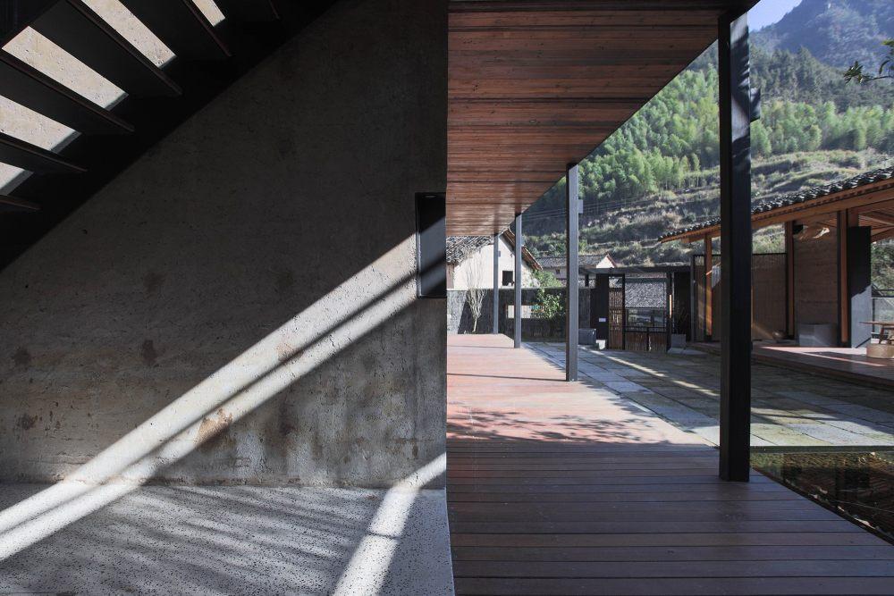 22.楼梯处空间与廊道庭院的转折关系The_transition_between_the_stairs_and_the_corridor_courtyard.jpg