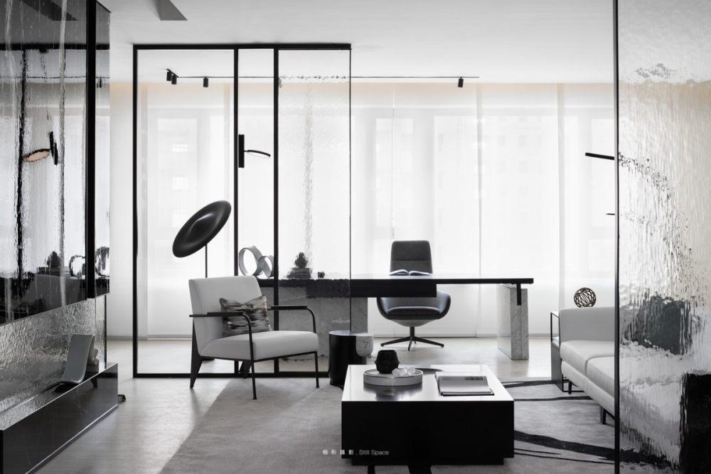 A+联合设计  OR  HBA│雨过天青.不繁不凡_整体空间设计运用了不同的材质做了完美的融合,巧妙地运用差异性划分出区域的功能性。 如流水的玻璃,划分  ...