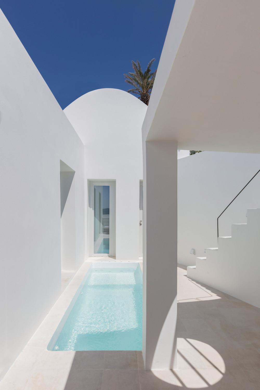 two_holiday_residences_fira_kapsimalis_architects_santorini_greece_dezeen_2364_col_1.jpg