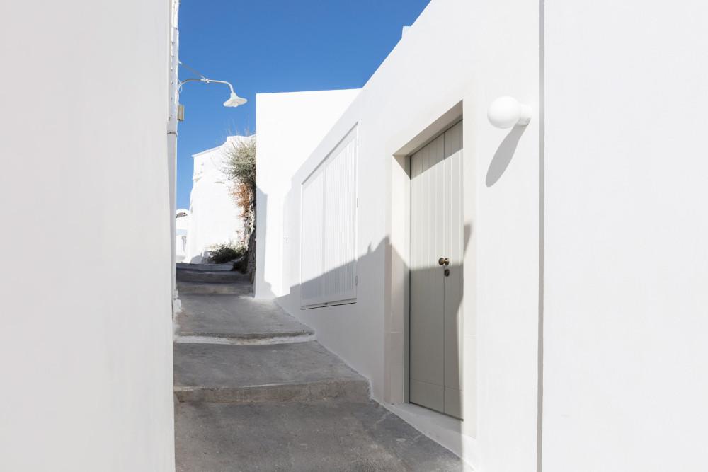 two_holiday_residences_fira_kapsimalis_architects_santorini_greece_dezeen_2364_col_2.jpg