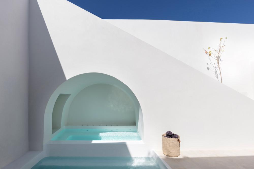 two_holiday_residences_fira_kapsimalis_architects_santorini_greece_dezeen_2364_col_5.jpg