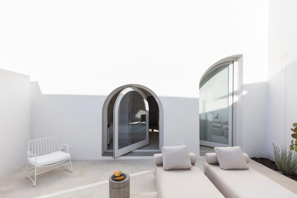 two_holiday_residences_fira_kapsimalis_architects_santorini_greece_dezeen_2364_col_6.jpg