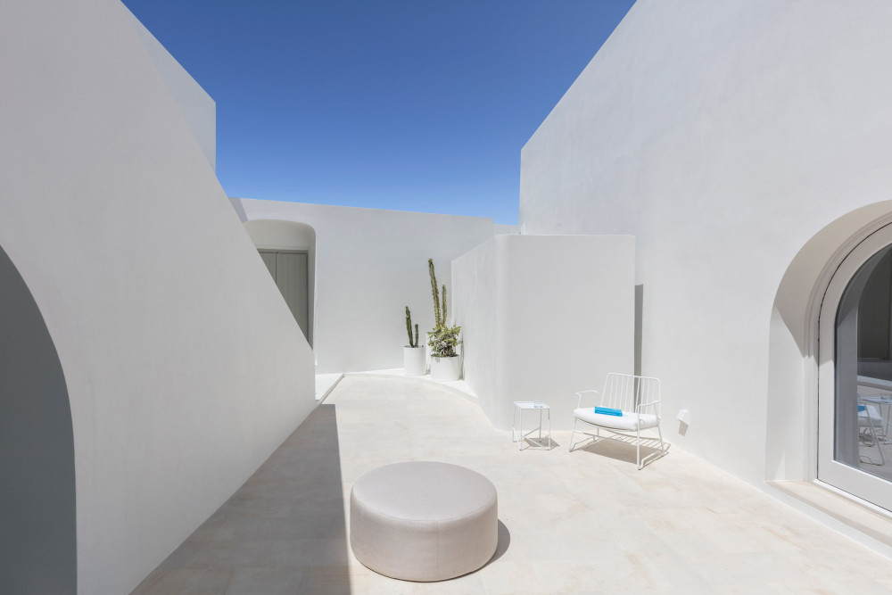 holiday home丨 Kapsimalis Architects_two_holiday_residences_fira_kapsimalis_architects_santorini_greece_dezeen_2364_col_7.jpg