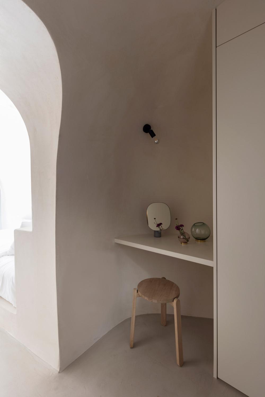 two_holiday_residences_fira_kapsimalis_architects_santorini_greece_dezeen_2364_col_14.jpg