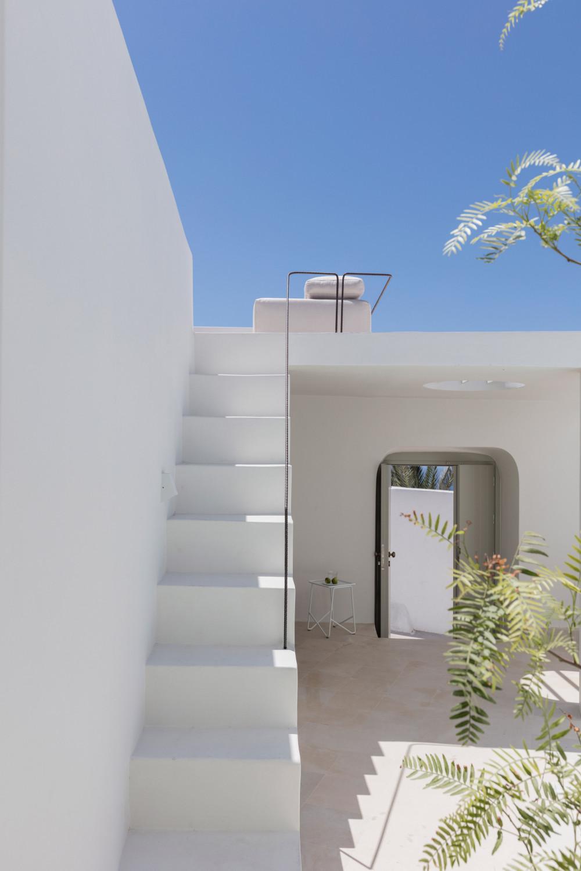 two_holiday_residences_fira_kapsimalis_architects_santorini_greece_dezeen_2364_col_21.jpg