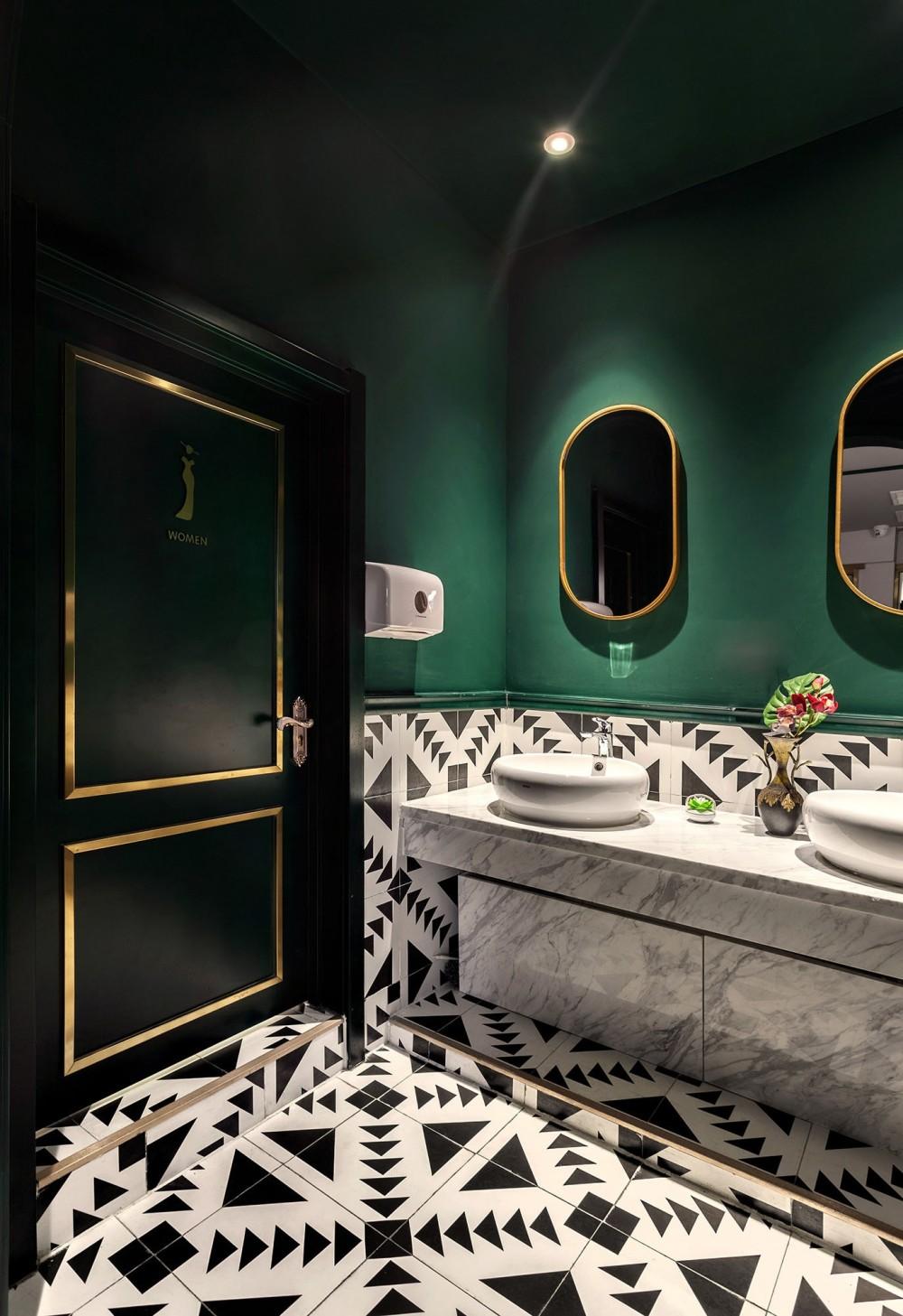 17-02-17-01-卫生间洗手区,对称的设计,墨绿色搭配黑白瓷砖,呼应复古主题Bathroomhandwashingarea,symmetricaldesign,darkgreenwithblackandwhitetiles,echoingtheretrotheme.jpg