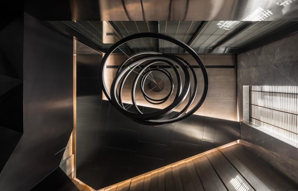唐忠汉--沈阳柏翠园闫宅 顶层复式施工图+高清大图!_△中空细部    △楼梯、水景、客厅的空间关系  水景的融入,让阳刚的空间变得刚柔并济,设计师创造了一种独 ...