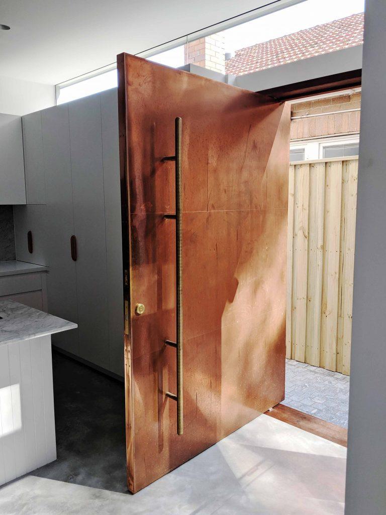 Pivot-door-by-CoppiceJoinery-with-FritsJurgens-System-M-pivot-hinge-768x1024.jpg